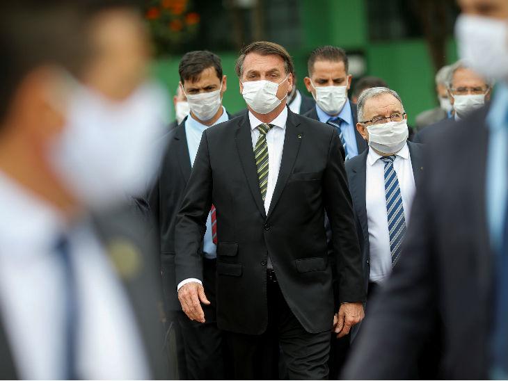 ब्राजील के राष्ट्रपति जायर बोल्सोनारो सुप्रीम फेडरल कोर्ट के अध्यक्ष के साथ बैठक के लिए जाते। देश में मृतकों की संख्या 9 हजार से ज्यादा हो गई है।