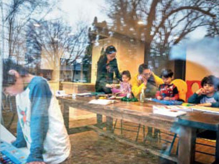 70% महिलाओं का कहना है कि लॉकडाउन के बाद से बच्चों की देखभाल समेत वे ही हर तरह के घरेलू काम में जुटी हुई हैं। - Dainik Bhaskar
