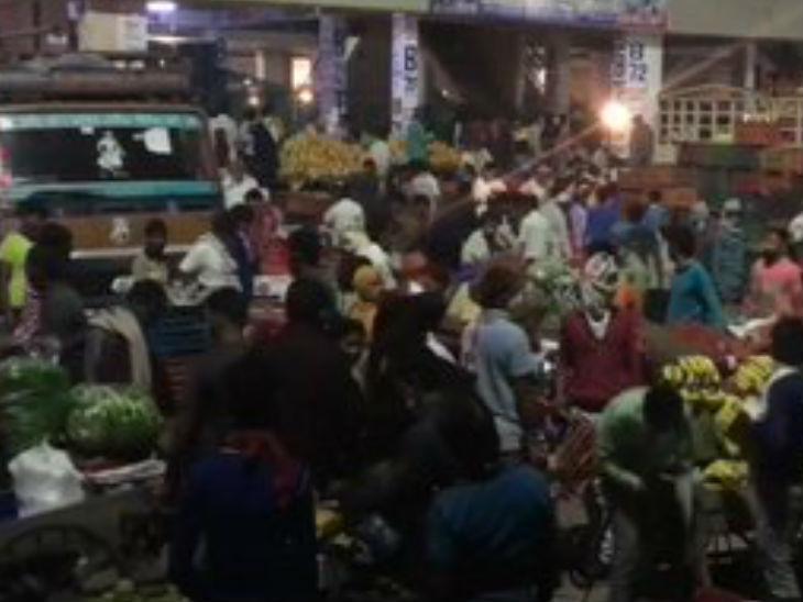 यह तस्वीर नोएडा की है। यहां के सेक्टर 88 की सब्जी मार्केट में सैकड़ों लोग इकट्ठा हो गए। इसमें सब्जी खरीदने वालों के साथ-साथ बड़ी संख्या में खरीदार भी थे।