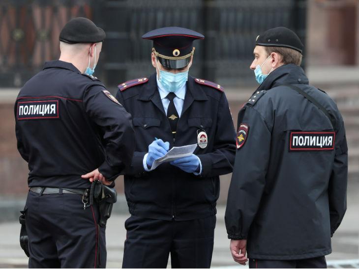 मॉस्को में मास्क पहने सुरक्षाकर्मी। यहां संक्रमितों का आंकड़ा तेजी से बढ़ रहा है। एक दिन में यहां 11 हजार से ज्यादा केस मिले हैं।