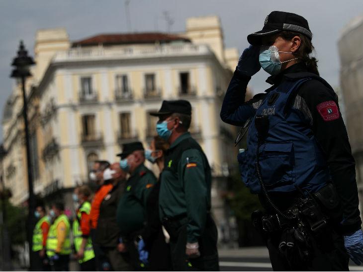 स्पेनिश सिविल गार्ड और मैड्रिड पुलिस अधिकारियों ने मृतकों के लिए एक मिनट का मौन रखा। देश में अब तक 26 हजार से ज्यादा मौतें हो चुकी हैं।