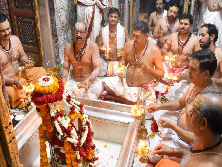 यह तस्वीर वाराणसी के काशी विश्वनाथ मंदिर की है जहां शुक्रवार को मंदिर के अर्चकों द्वारा बाबा विश्वनाथ की भव्य आरती की गई। इसका वीडियो भी प्रशासन की तरफ से जारी किया गया।