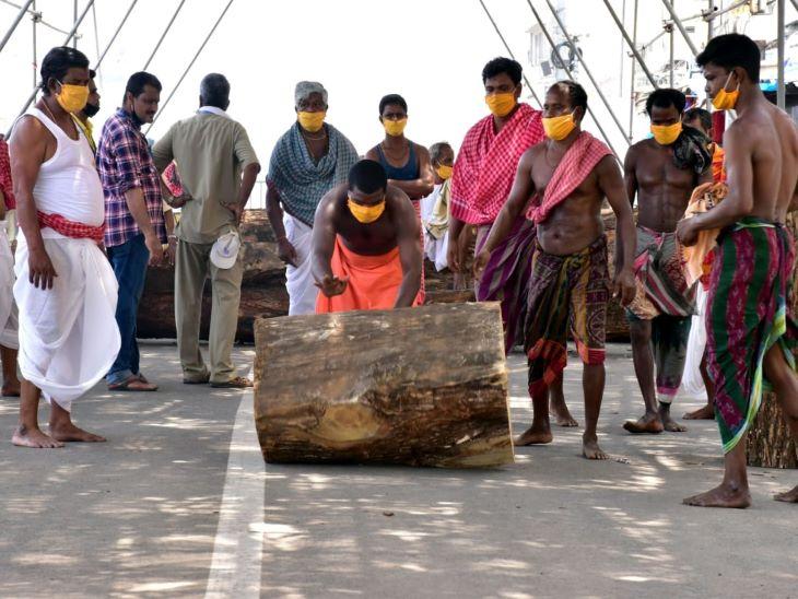 भगवान जगन्नाथ का रथ बनाने वाले कारीगरों को विश्वकर्मा सेवक कहा जाता है। ये वंश परंपरा के अनुसार ही रथ निर्माण का कार्य करते आ रहे हैं। तीन रथों के लिए तीन मुख्य विश्वकर्मा नियुक्त होते हैं।