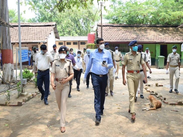 पटना के बीएमपी-5 में निरीक्षण करने पहुंचे डीएम कुमार रवि और एसएसपी उपेंद्र शर्मा। यहां कुछ जवान कोरोना संक्रमित हैं।