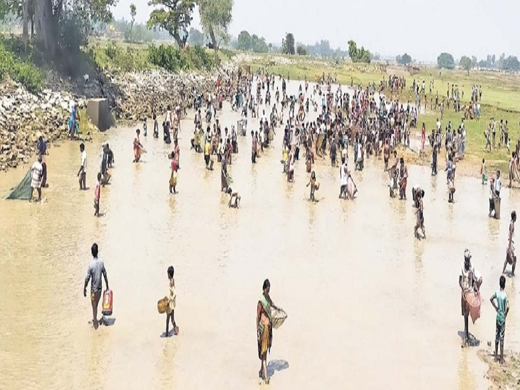तस्वीर जमुई जिले की है। जहां अब तक कोई संक्रमित नहीं मिला है। ये लोग यहां मछली पकड़ने जुटे हैं।