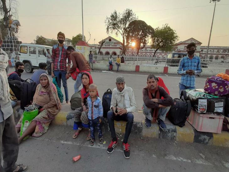 यह तस्वीर झांसी रेलवे स्टेशन की है, जहां मंगलवार को 1000 मजदूरों को ट्रेन के माध्यम से गोराखपुर रवाना किया गया।