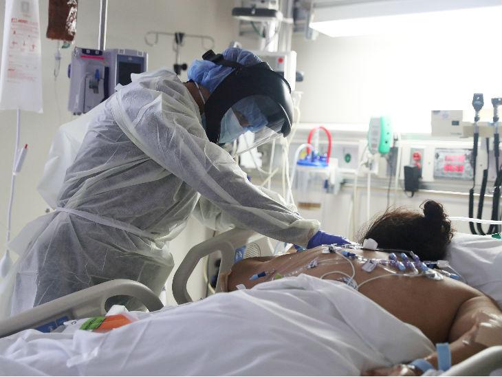 कैलिफोर्निया में एक कोरोना मरीज का इलाज करते डॉक्टर। राज्य में अब तक लगभग 70 हजार लोग संक्रमित हो चुके हैं।