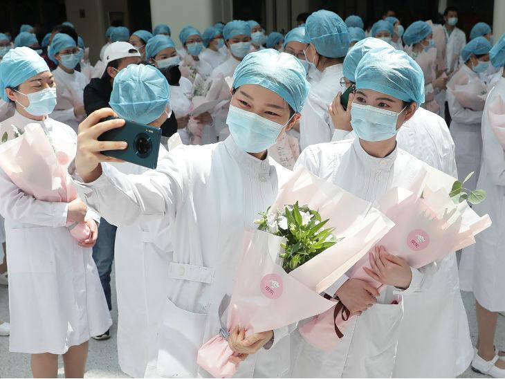 वुहान के टोंग्जी अस्पताल में इंटरनेशनल नर्स डे मनातीं स्वास्थ्यकर्मी।
