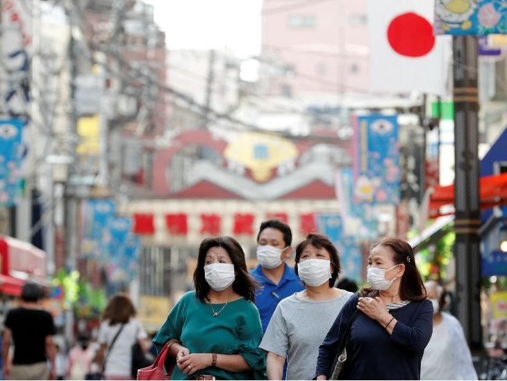 जापान में मास्क पहनकर खरीदारी करने मार्केट गई महिलाएं। देश में संक्रमण के करीब 16 हजार मामले हो गए हैं।