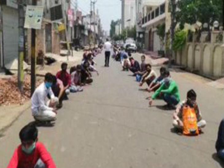 मुदराबाद में घर जाने की मांग लेकर सड़क पर उतरे मजूदर सड़क के किनारों पर ही बैठ गए। अधिकारी उन्हें लगातार समझाने की कोशिश कर रहे हैं।