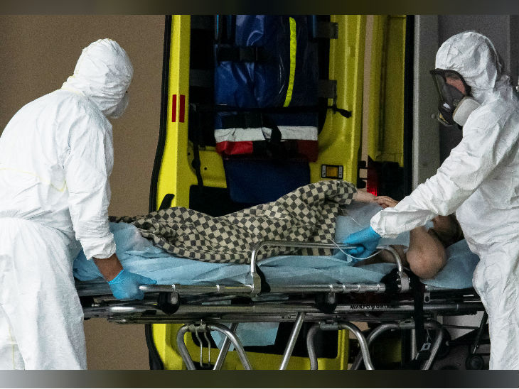 रूस में एक मरीज को अस्पताल ले जाते स्वास्थ्यकर्मी। संक्रमण के मामले यहां 2.32 लाख हो गए हैं।