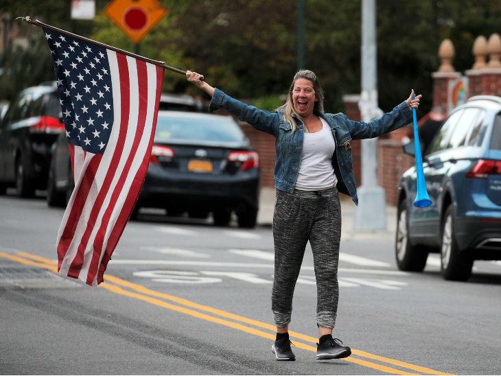 न्यूयॉर्क के ब्रूकलिन में एक महिला स्वास्थ्यकर्मियों का उत्साह बढ़ाती। राज्य में 15 मई के बाद प्रतिबंधों में राहत दी जा सकती है।
