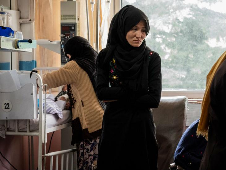 सुराया की आतंकी हमले में मौत होने के बाद अतातुर्क हॉस्पिटल में बच्चे की देखरेख के लिए मौजूद सुराया इब्राहिम की रिश्तेदार।