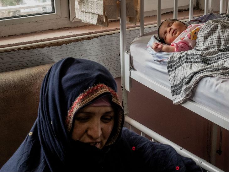 अस्पताल में मौजूद गुल मकाई और उसका बच्चा। गुल मकाई आतंकी हमलों से बचकर निकल गई थीं।