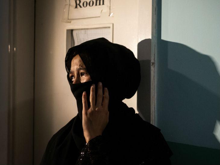 अपनी बहन की मौत के बाद रोती युवती। वह हॉस्पिटल में बहन के बच्चे को लेने आई थी, लेकिन बच्चे के पिता के बिना उसको बच्चा लेने की अनुमति नहीं दी गई।