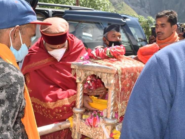 रावल और धर्माधिकारी के साथ पांडुकेश्वर से निकली यात्रा बद्रीनाथ पहुंची, कल सुबह 4.30 बजे खुलेंगे कपाट धर्म,Dharm - Dainik Bhaskar