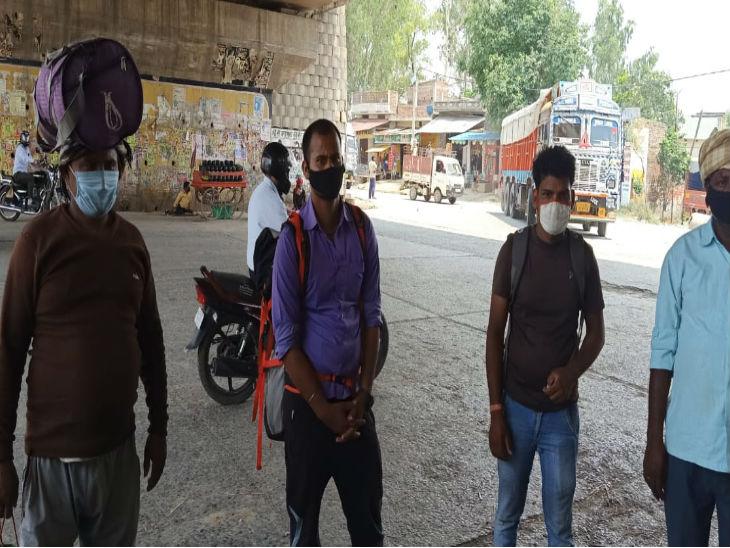यह तस्वीर वाराणसी की है। यहां मुम्बई से कुछ मजूदर पहुंचे हुए हैं। अब उनके पास पैसा खत्म हो गया है जिससे वो पैदल ही बिहार स्थित अपने गांव के लिए निकल गए हैं।