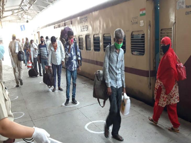 बड़ोदरा से 1815 श्रमिकों को लेकर कन्नौज पहुंची ट्रेन, कामगारों ने कहा- यहां आने के लिए टिकट के पैसे देने पड़े|उत्तरप्रदेश,Uttar Pradesh - Dainik Bhaskar