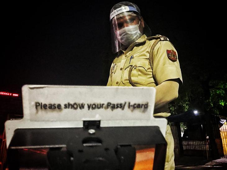 किसी सेल्फी-स्टिक जैसे इस यंत्र में एक मैग्निफाइंग लेंस लगा है। इसी के जरिए पुलिसकर्मी सुरक्षित दूरी से ही लोगों के पहचान पत्रों की जांच करते हैं।