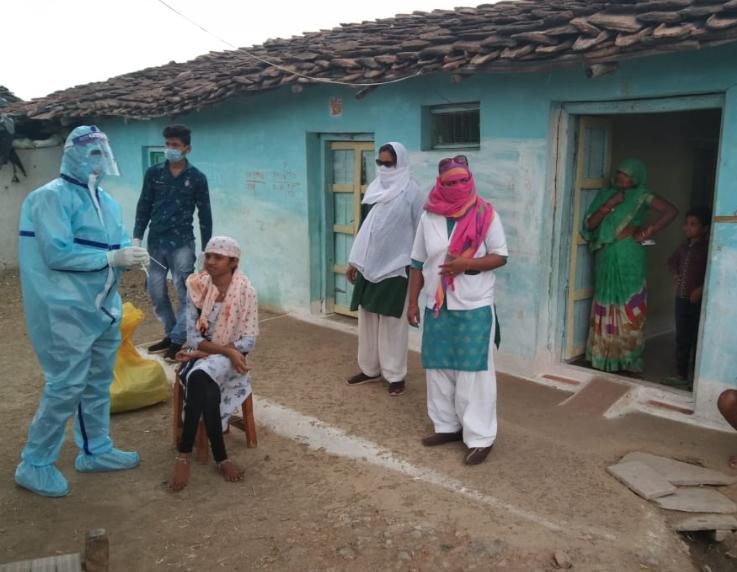 दतिया में अब ग्रामीण इलाकों में सर्वे और सैंपल लेने का कार्य स्वास्थ्य विभाग ने शुरू कर दिया है। - Dainik Bhaskar
