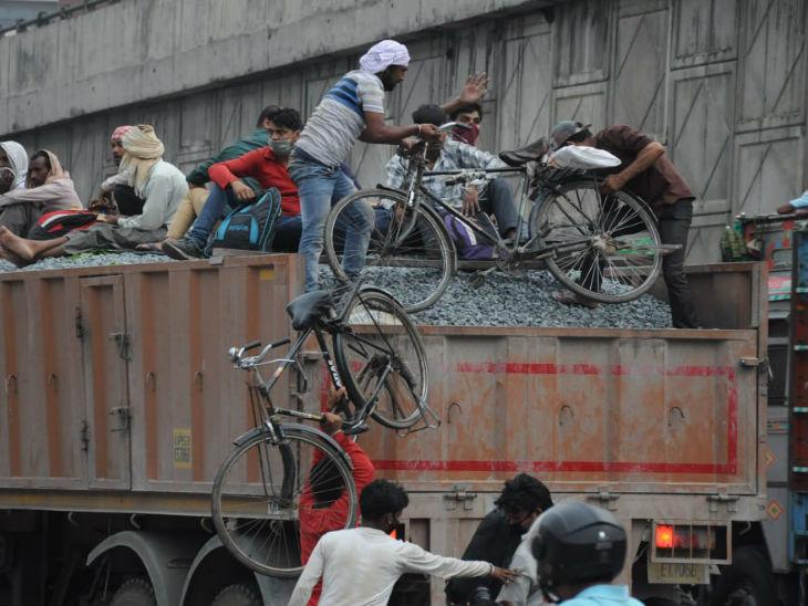 ये फोटो लखनऊ का है। लखनऊ-फैजाबाद रोड पर कामता चौराहे से गोरखपुर जाने के लिए ये मजदूर साइकिल से निकले थे। रास्ते में यह ट्रक मिल गया तो अपनी साइकिलें उस पर चढ़ाकर आगे की यात्रा शुरू की।