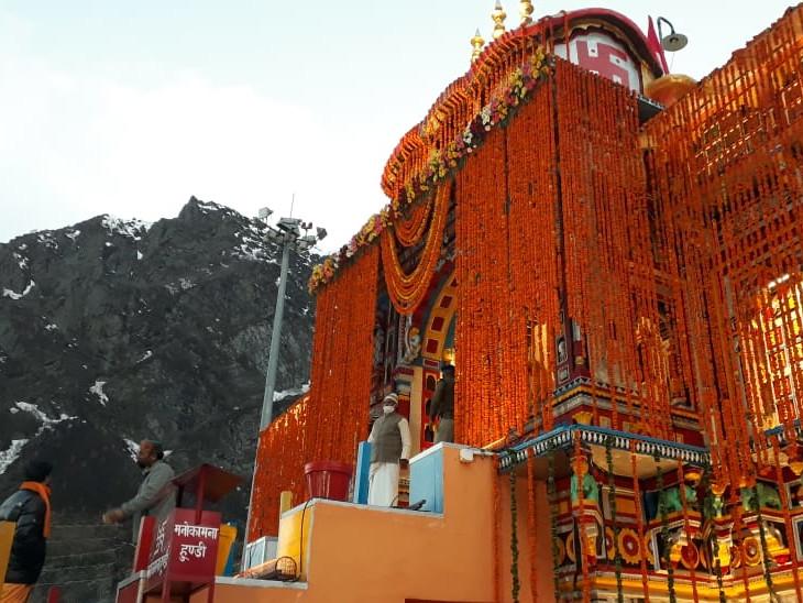 आज सुबह 4.30 बजे कपाट खुले बद्रीनाथ के कपाट, रावल ईश्वर प्रसाद नंबूदरी ने की विशेष पूजा धर्म,Dharm - Dainik Bhaskar