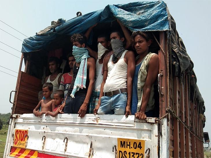 भागलपुर के अलीगंज के बाइपास की तस्वीर। ये मजदूर मुंबई में काम करते थे। लॉकडाउन के चलते रोजी-रोटी खत्म हुई तो अपने घर के लिए निकल पड़े। ट्रक में सवार होने के लिए ड्राइवर को मोटी रकम दी। इन्हें कटिहार जाना है।