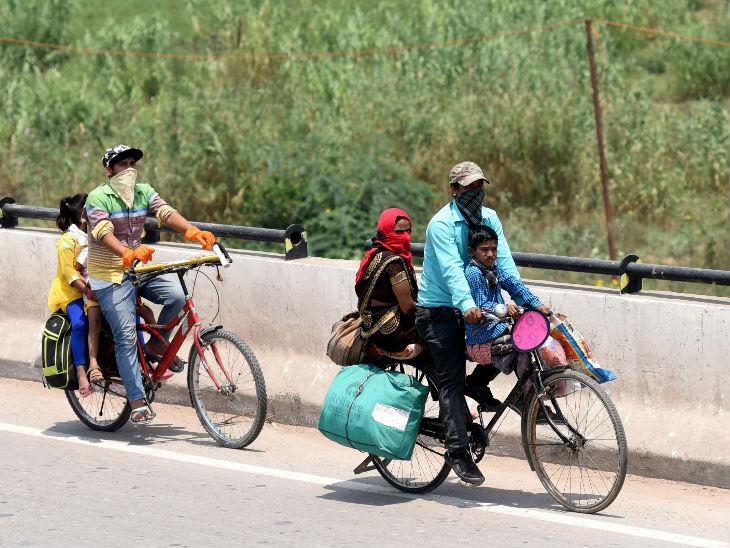 यह तस्वीर चंडीगढ़ के पास की है। यहां से बहुत सारे प्रवासी मजदूर साइकिल से ही अपने परिवार को लेकर घरों की और निकल पड़े हैं। ज्यादातर मजदूर यूपी के रहने वाले हैं। दिन के वक्त यह सफर करते हैं और रात को किसी शहर में सड़कों पर सो जाते हैं।