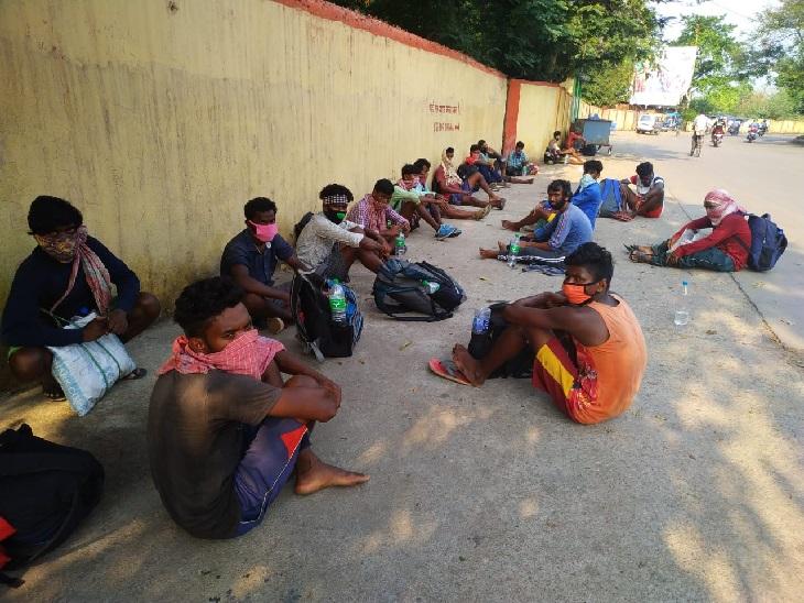 ये तस्वीर टाटानगर रेलवे स्टेशन के बाहर की है। ओड़िशा से 19 मजदूर शुक्रवार सुबह जमशेदपुर के टाटानगर रेलवे स्टेशन के पास पहुंचे। उन्होंने बताया कि रुपए और खाने की दिक्कत के चलते वे घर की ओर पैदल ही रवाना हुए। सभी मजदूरों के हाथों पर होम क्वारैंटाइन की मुहर भी लगी थी।