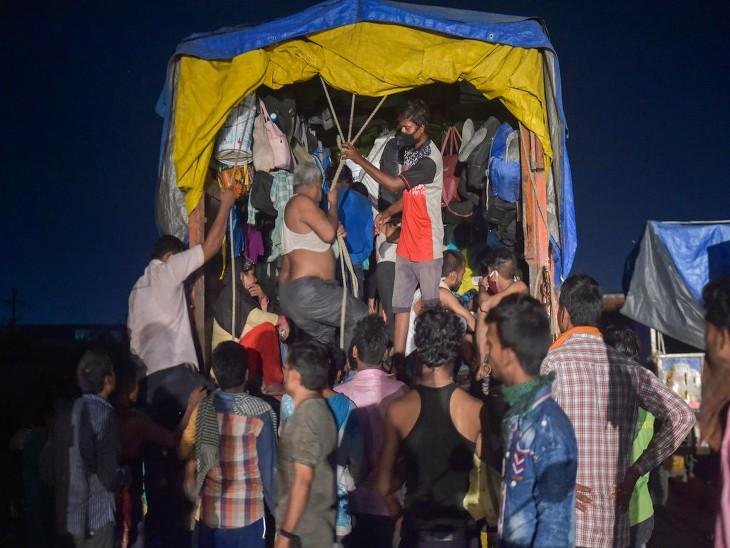यह तस्वीर ठाणे की है। यहां से उत्तर भारतीय राज्यों के लिए जा रहे कुछ प्रवासी मजदूर ट्रकों में कुछ इस तरह से भर कर जा रहे हैं।