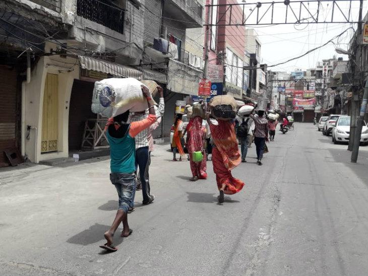 यह तस्वीर जालंधर की है। राज्य में एक महीन से कर्फ्यू है। ज्याातर उद्योग-धंधे बंद पड़े हैं। ऐसे में सिर पर गृहस्थी लादे हुए मजदूरों का रैला घर की तरफ जाता हुआ नजर आता है।