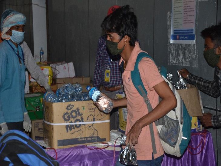 श्रमिकों के आने के बाद स्वास्थ्य जांच की गई फिर सभी के लिए फूड पैकेट व पानी की व्यवस्था रेलवे स्टेशन पर ही की गई थी।