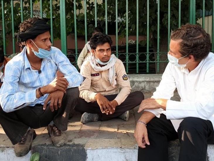कांग्रेस नेता राहुल गांधी दिल्ली में सुखदेव विहार के पास प्रवासी मजदूरों से मिलने पहुंचे।