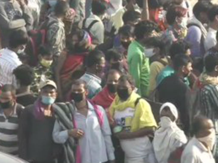 Delhi UP Border Picture. Migrant laborers are in large numbers who are constantly creating uproar.