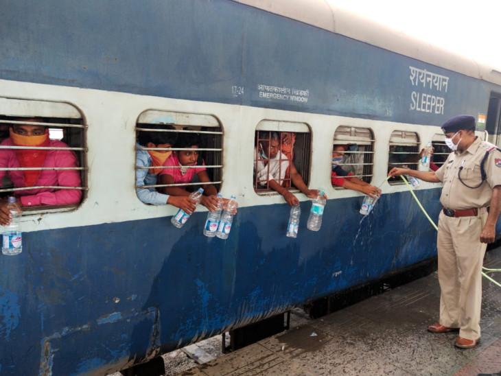 ट्रेन में यात्रियों को पानी की व्यवस्था भी पुलिसकर्मी और अधिकारी कर रहे हैं।