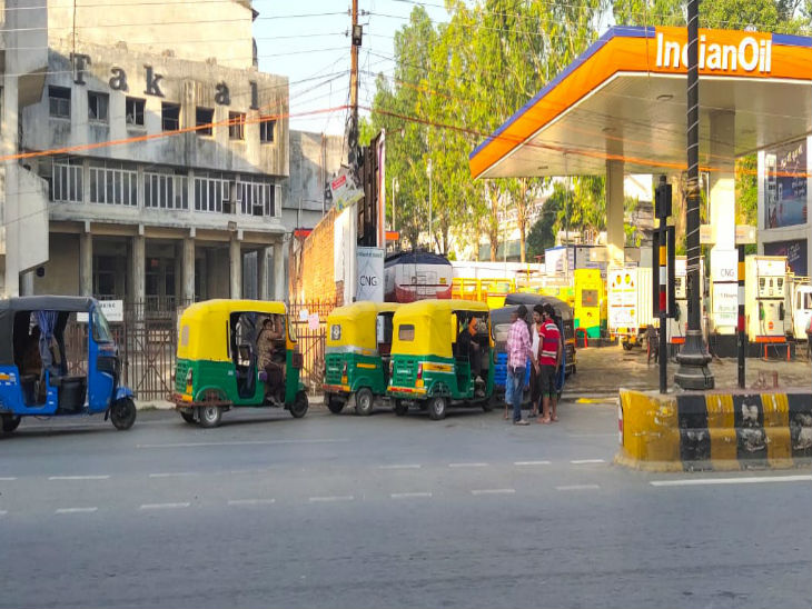 An auto long line was installed outside a petrol pump in Nadesar, Varanasi. These included such people who are going from Maharashtra to the village with their families by auto.