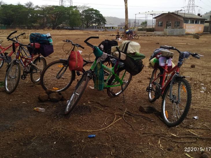 काम बंद होने के चलते सभी लोगों के पास कैश खत्म हो चुका था। इन्होंने ये नई साइकिलें घर से पैसे बुलवाकर खरीदीं हैं।