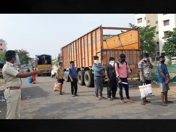 नासिक नाके पर महाराष्ट्र पुलिस मजदूरों को ट्रकों से निकालकर लाइन में खड़ी करती है फिर इन्हें बस में बिठाकर महाराष्ट्र-मध्यप्रदेश बॉर्डर पर छोड़ा जा रहा है।