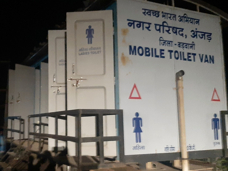इस जगह पर अंदाजन 4000 लोग होंगे। इतने लोगों के लिए बीच सिर्फ एक मोबइल टॉयलेट है।