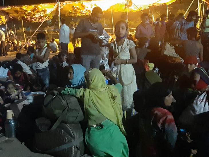 महाराष्ट्र- मध्यप्रदेश बॉर्डर पर यह तस्वीर रात 12 बजे की है। 24 घंटे यहां प्रवासियों का आना-जाना लगा हुआ है। ये लोग इसी तरह रात-दिन समूहों में इधर-उधर बैठे रहते हैं।