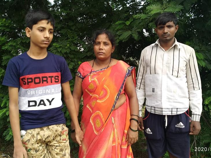 मीना चौहान के पति कारपेंटर का काम करते हैं। वे इस वक्त दुबई में हैं। लिहाजा मीना पर अपने दो बेटे सूरज और गोलू को संभालने की जिम्मेदारी है।