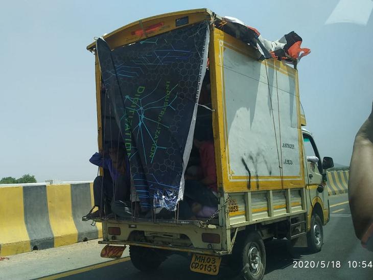 मजदूरों को जो भी वाहन मिल रहा है, वे उस पर सवार होकर निकल पड़े हैं। तस्वीर इंदौर-देवास बायपास की है