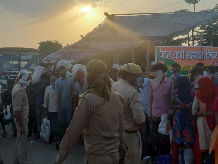 तस्वरी शिवपुरी-झांसी बॉर्डर की है। यहां यूपी के गांवों में जाने के लिए प्रवासी इकट्ठा हुए हैं। पुलिस ने इन्हें लाइनों में लगा दिया है। जैसे-जैसे यूपी के अलग-अलग जिलों से बसें आती हैं, वैसे-वैसे पुलिस 10-10 लोगों के झूंड में लोगों को बसों में बैठाती है।