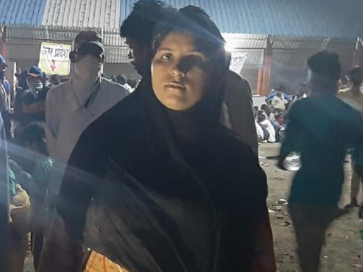 प्रवीण को नवां महीना लग चुका है। पिछले दो दिन वे अपने पति के साथ अलग-अलग ट्रकों से होते हुए मध्यप्रदेश-महाराष्ट्र बॉर्डर पर पहुंची है।