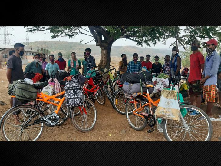 नासिक हाईवे पर कसारा गांव में 29 लोगों की यह टोली मिली। ये महाराष्ट्र के रायगढ़ से 15 मई को निकले हैं और असम जा रहे हैं। जाने के लिए जब कोई साधन नहीं मिला तो इन लोगों ने 5-5 हजार रुपये घर से बुलवाए और नई साइकिलें खरीदी। अब आगे 2800 किमी तक ये लोग इन्हीं साइकिलों के सहारे अपने घरों तक चलने वाले हैं।