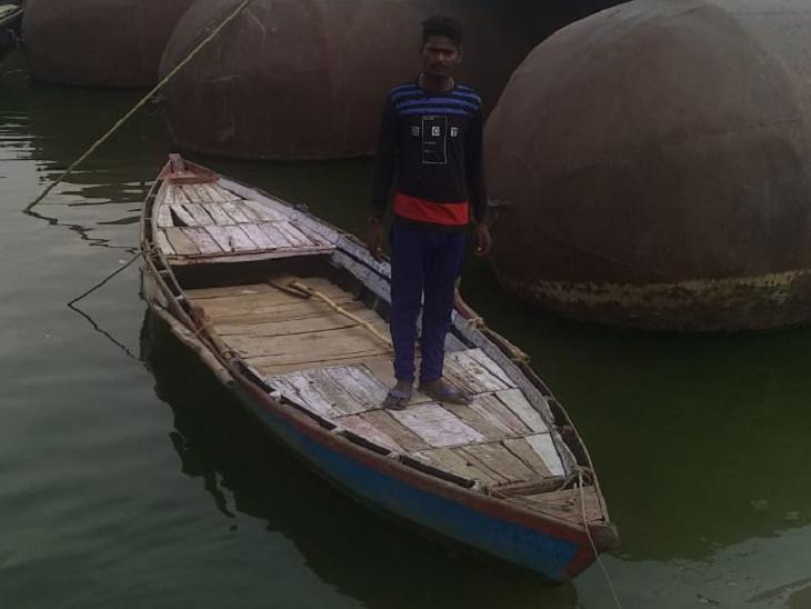 कल्लू 9 -10 दिनों से गंगा के किनारे अपने परिवार की ही नाव पर क्वारैंटाइन हैं। दिन में जब धूप सहन नहीं होती है, तो नाव को पास के बड़े से पीपे के नीचे ले जाते हैं, वहां थोड़ी छांव रहती है।