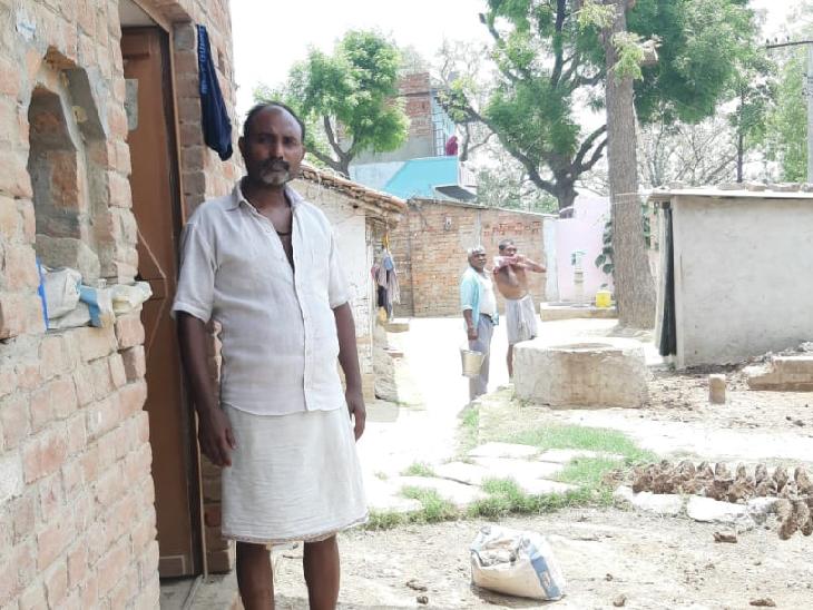 संतोष मौर्या के पास जमीन भी नहीं है। वह बीते छह दिन से घर में हैं। मुंबई में नालासोपारा में टेलरिंग का काम करते थे। अपने साले के साथ चार दिन में ऑटो से मुंबई से रूस्तमपुर पहुंचे।