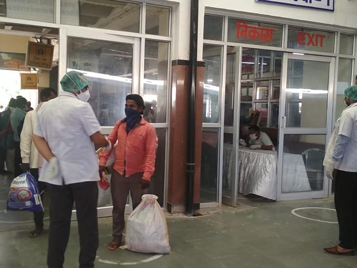 यात्रियों को लाइन से खड़ा कर, उनके स्वास्थ्य और सामान की सघन जांच के बाद प्लेटफार्म पर प्रवेश करवाया गया।