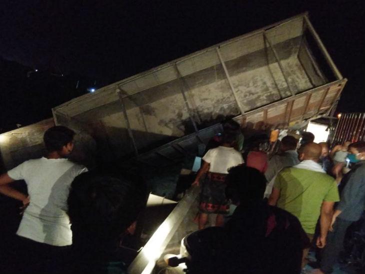इटावा में सुबह पिकअप से सब्जी मंडी जा रहे छह किसानों की सड़क हादसे में मौत हो गई।