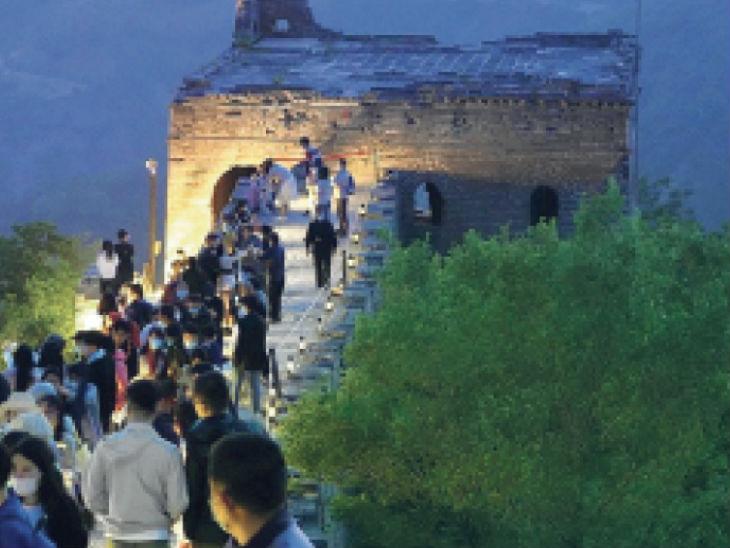 तस्वीर ग्रेट वॉल ऑफ चाइना की है। लॉकडाउन खुलने के बाद यहां बड़ी संख्या में पर्यटक आने लगे हैं।